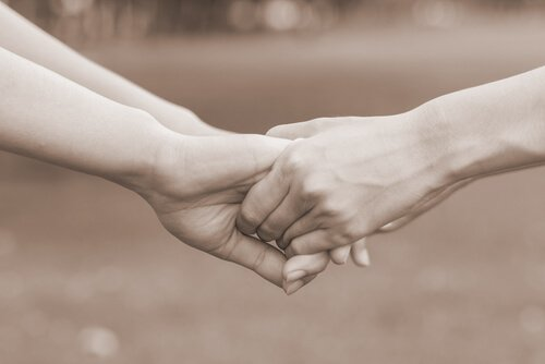 Manos-de-dos-personas-agarradas-perdonándose